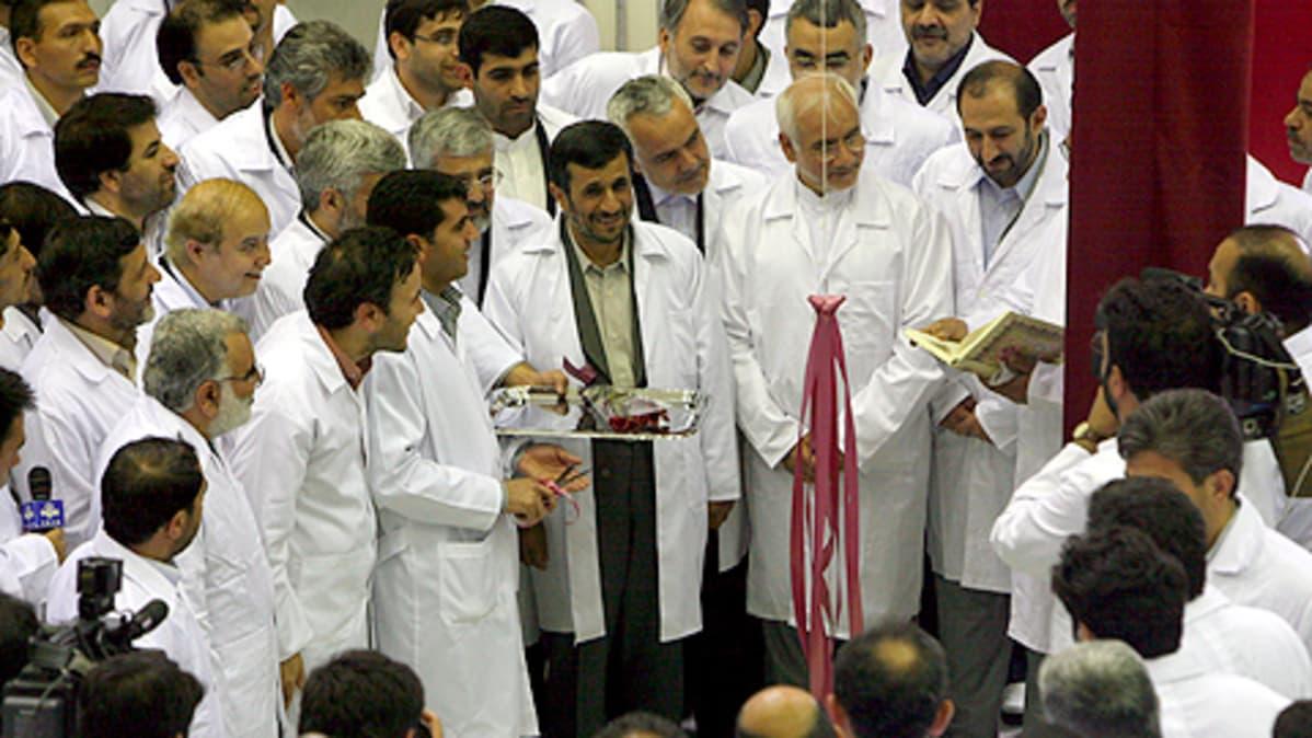 Iranin presidentti Mahmoud Ahmadinejad poseeraa kuvaajille