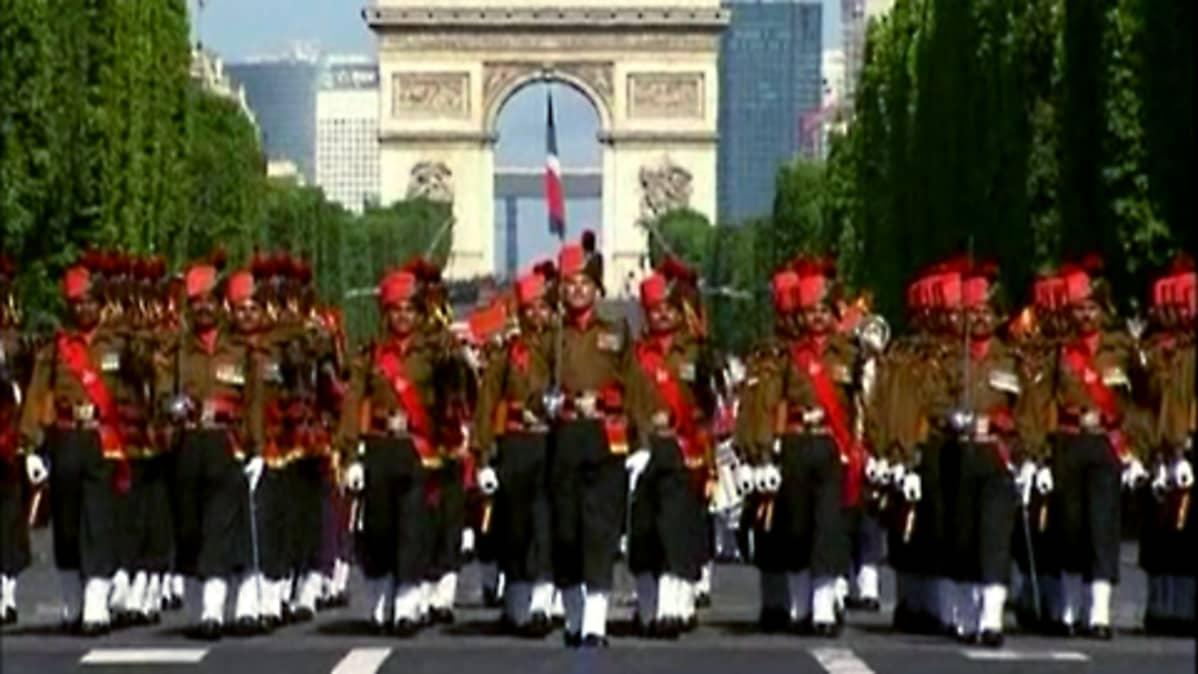 Paraatiin osallistui myös intialaisia sotilaita.