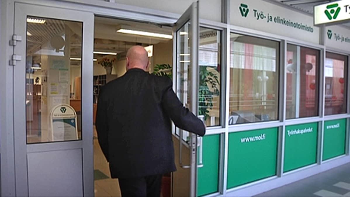 Mies menee Etelä-Pirkanmaan työ- ja elinkeinotoimistoon.