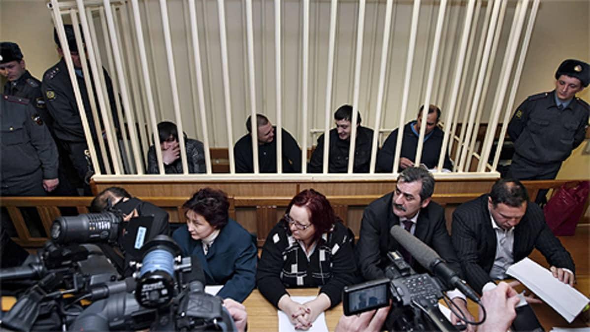 Anna Politkovskajan murhasta syytetyt miehet oikeussalissa