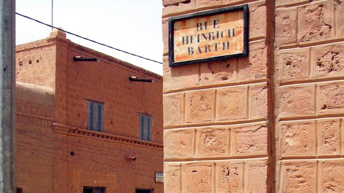 Rakennuksia katukyltti talon nurkalla Timbuktussa.