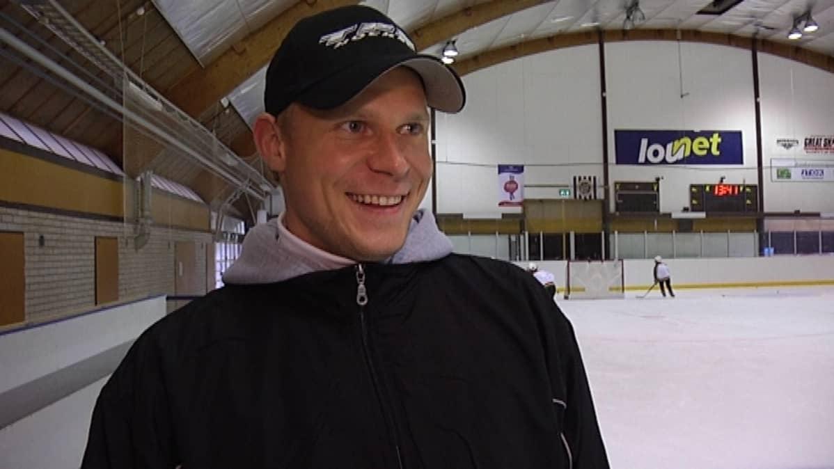 Mikko Koivu valmistautuu tulevaan kauteen kotimaisemissa Turun Impivaaran jäähallissa.