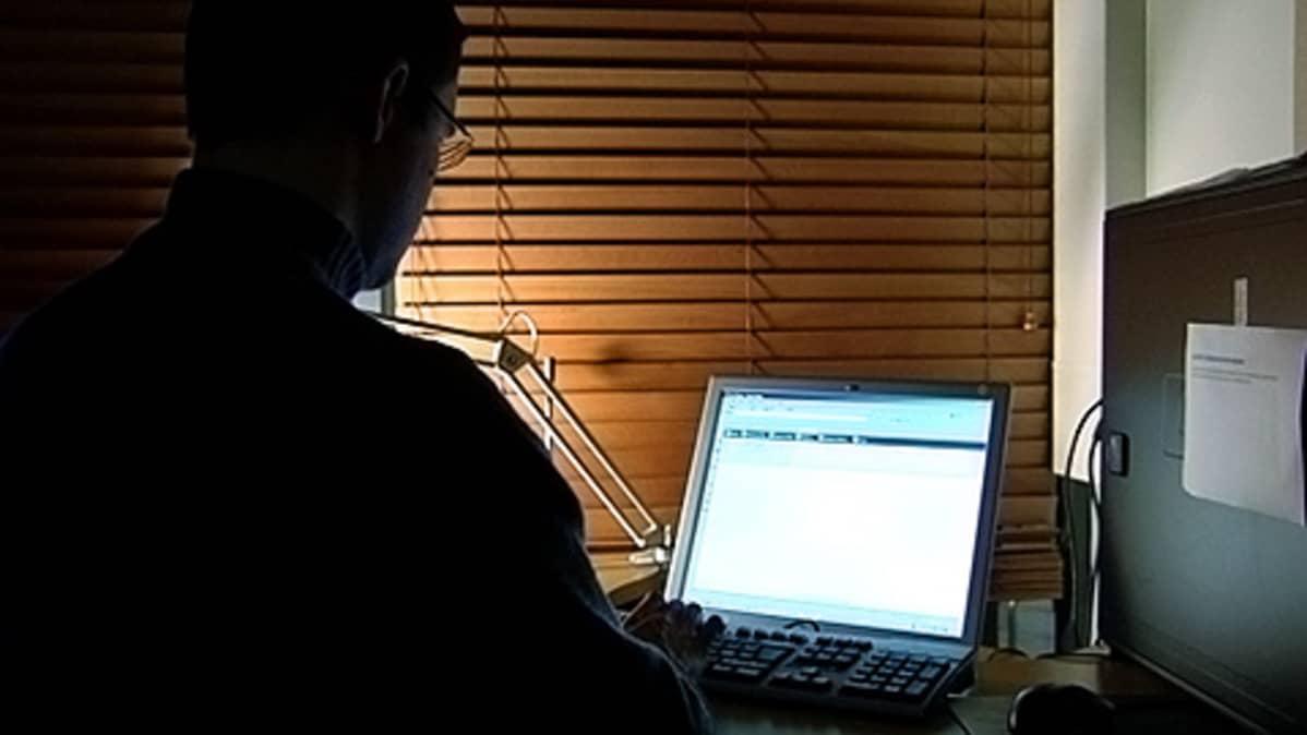 Mies tietokoneella