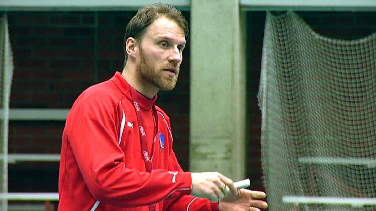 Valmentaja Tommy Koponen selittää pelaajille pelikuvioita.