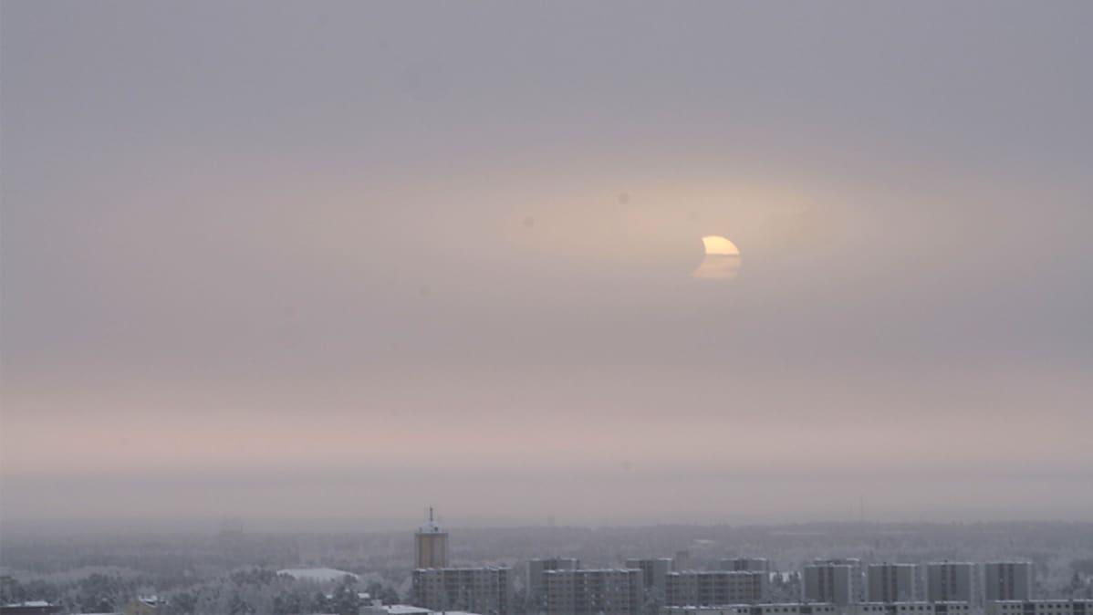 Auringonpimennys Oulun yllä.