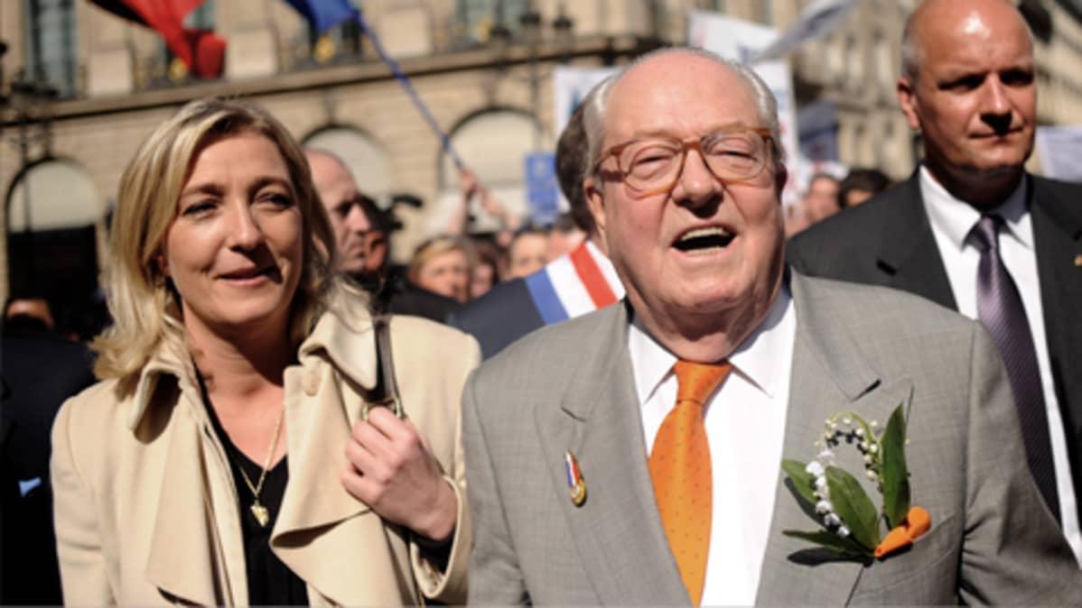 Marine Le Pen kävelee isänsä Jean-Marie Le Pen kanssa.
