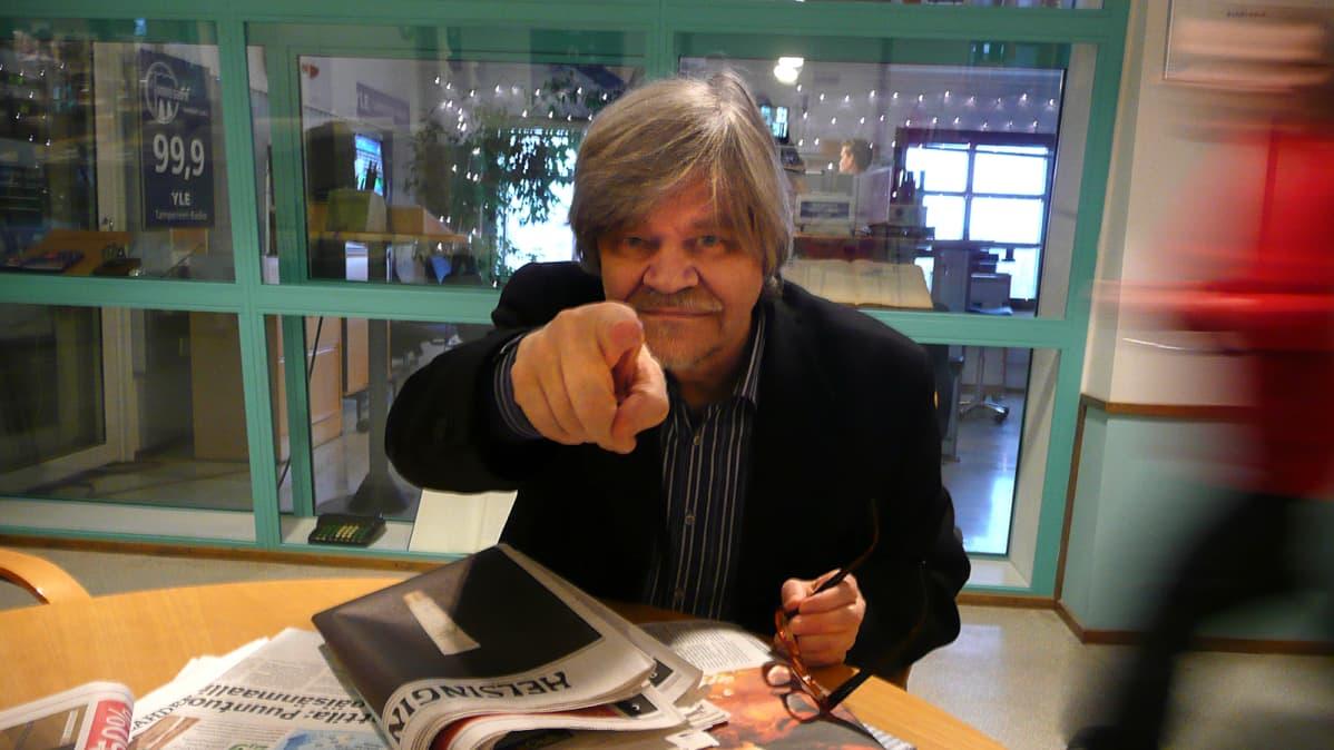 M. A. Numminen Tampereen Radion pöydän ääressä.