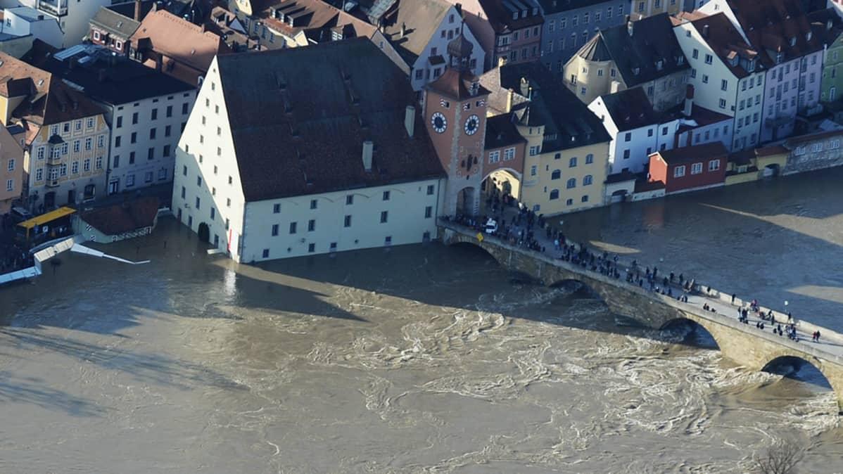 Ilmakuva Regensburgin vanhasta kaupungista, jossa tulvavesi on vallannut kadut.