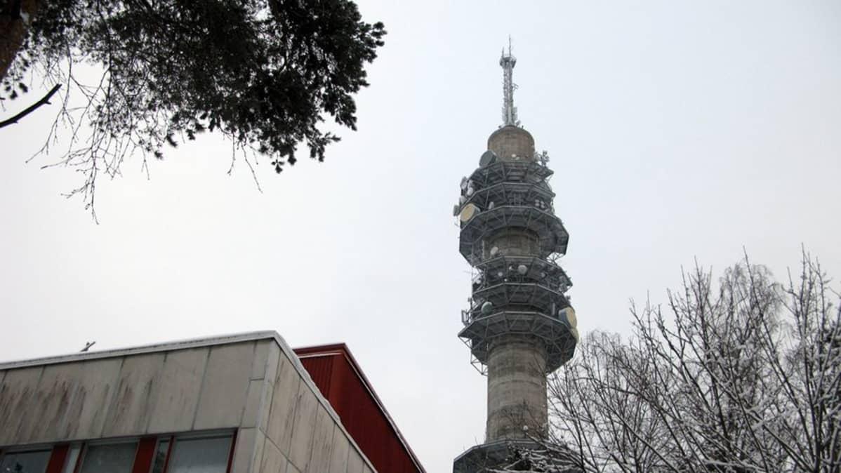 Yleisradion linkkitorni talvella.