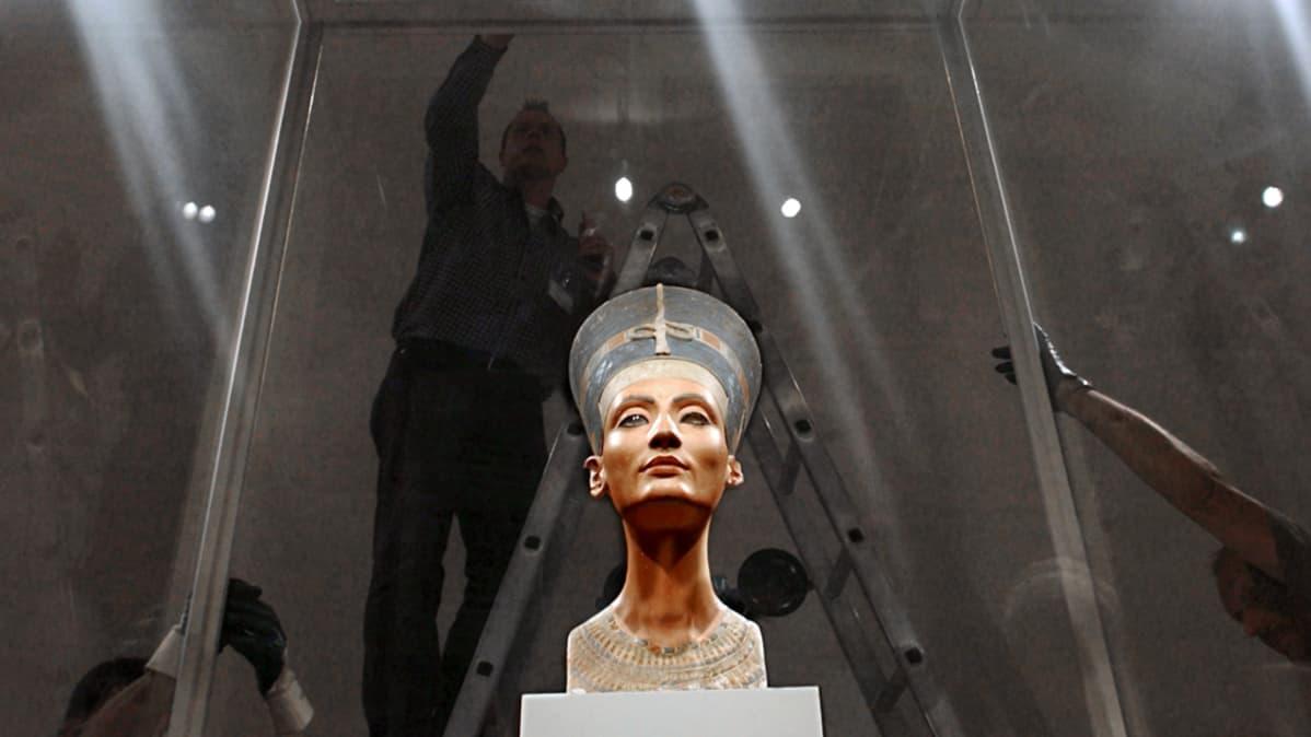 Kuningatar Nefertitin rintakuva on esillä Berliinin Neues Museumissa Saksassa.
