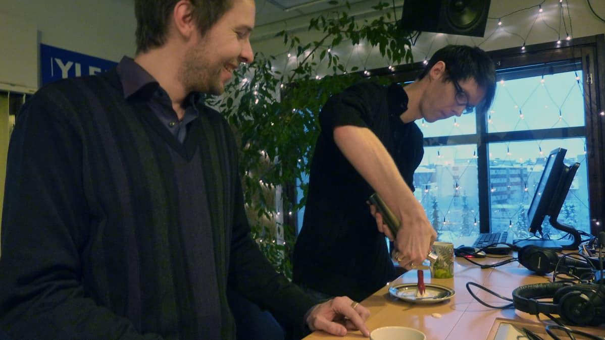 Santtu Nyrhinen ja Mikko Siikaniemi harrastavat molekyylikokkausta.
