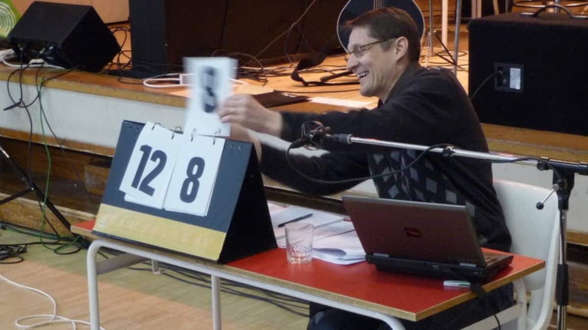 Tuomari Vesa Raasumaa laskee lopullisia pisteitä.