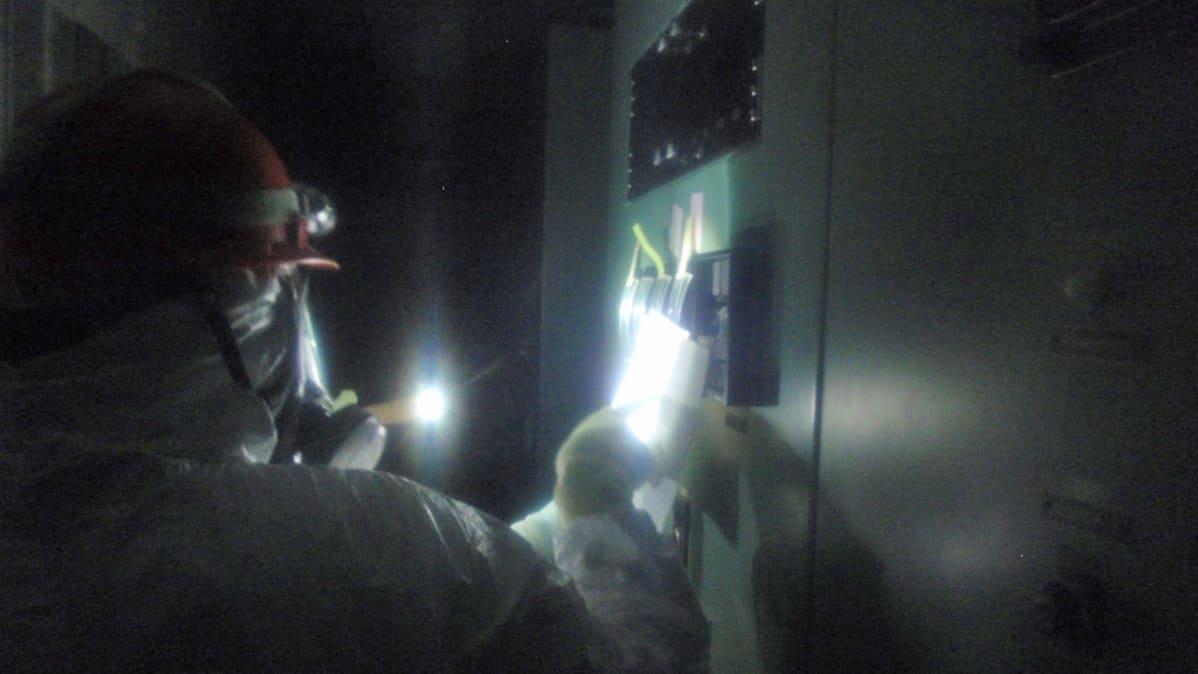 Insinöörit tutkivat Fukushima Daiichi 1 voimalan päävalvomon tiloja 23 maaliskuuta.