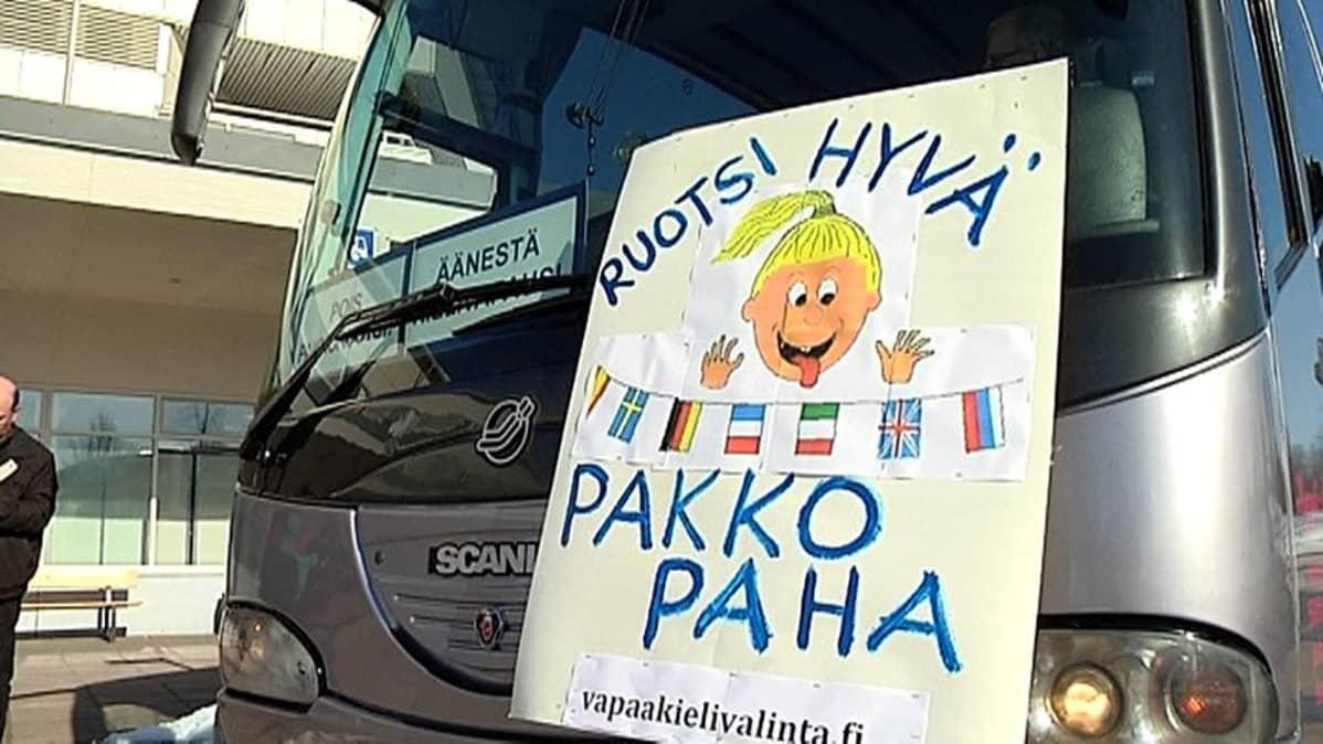 Bussi lähdössä mielenosoitukseen Imatralla
