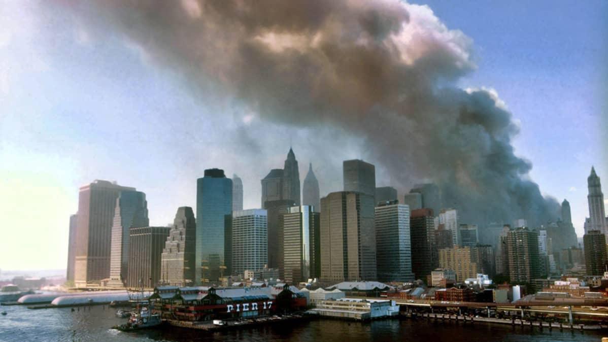 Kaksoistornit ovat juuri luhistuneet WTC-iskussa New Yorkissa 11. syyskuuta 2001.