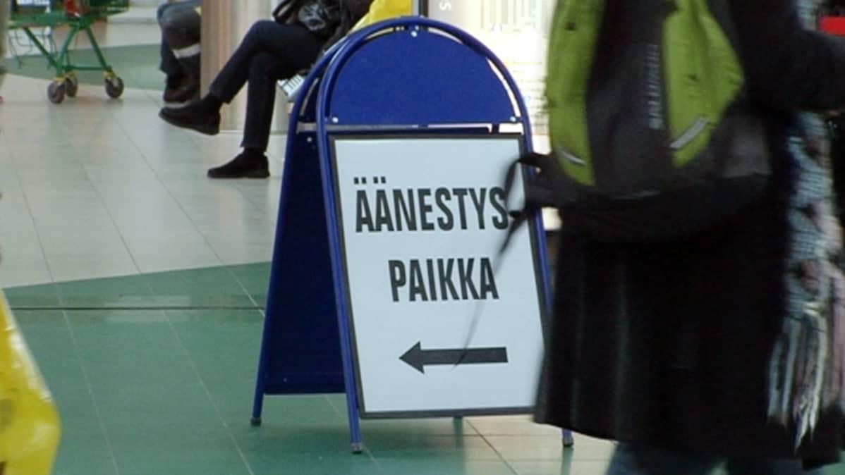 Äänestyskyltti kauppakeskuksessa.
