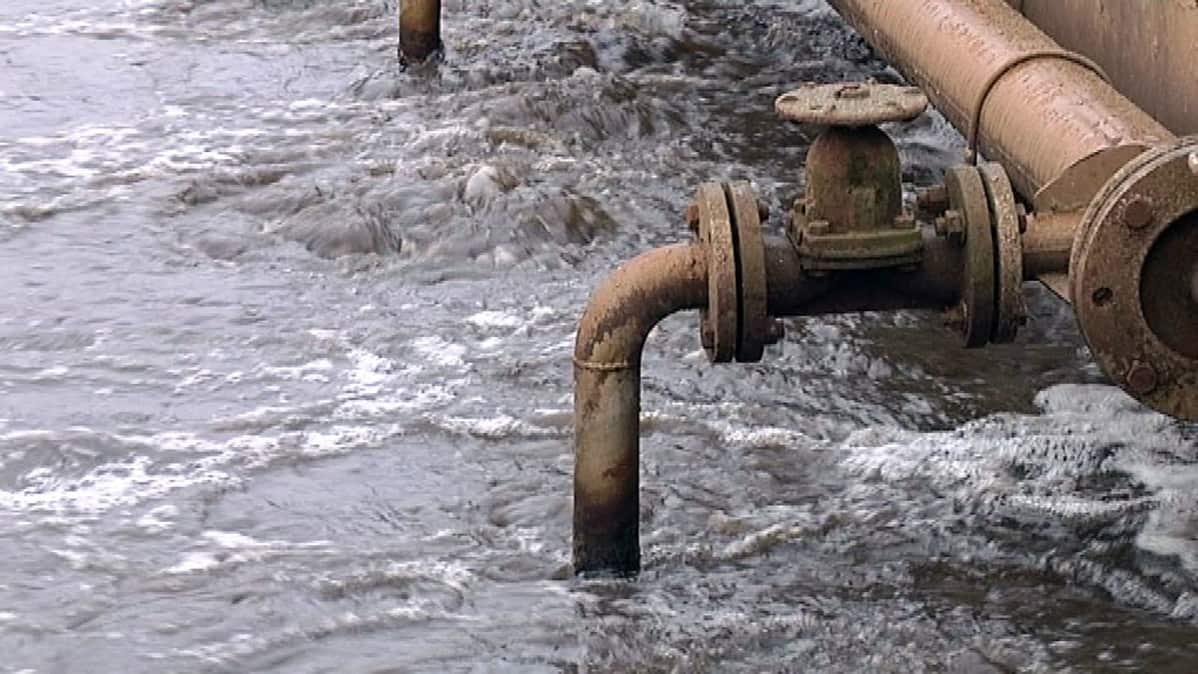 Jätevesi pulppuaa vedenpuhdistamolla