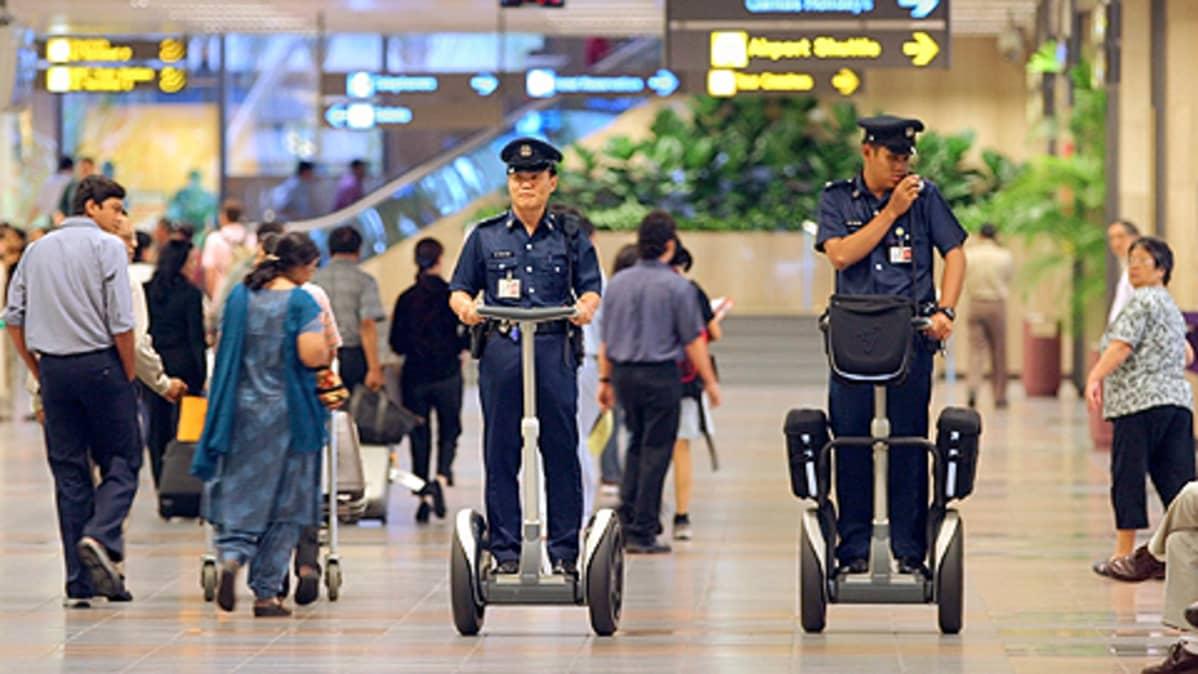 Tässä Segway-ajoneuvoja esittelevät singaporelaiset poliisit.
