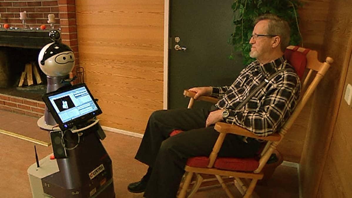 Kaverirobotti auttaa vanhusta arjen askareissa.