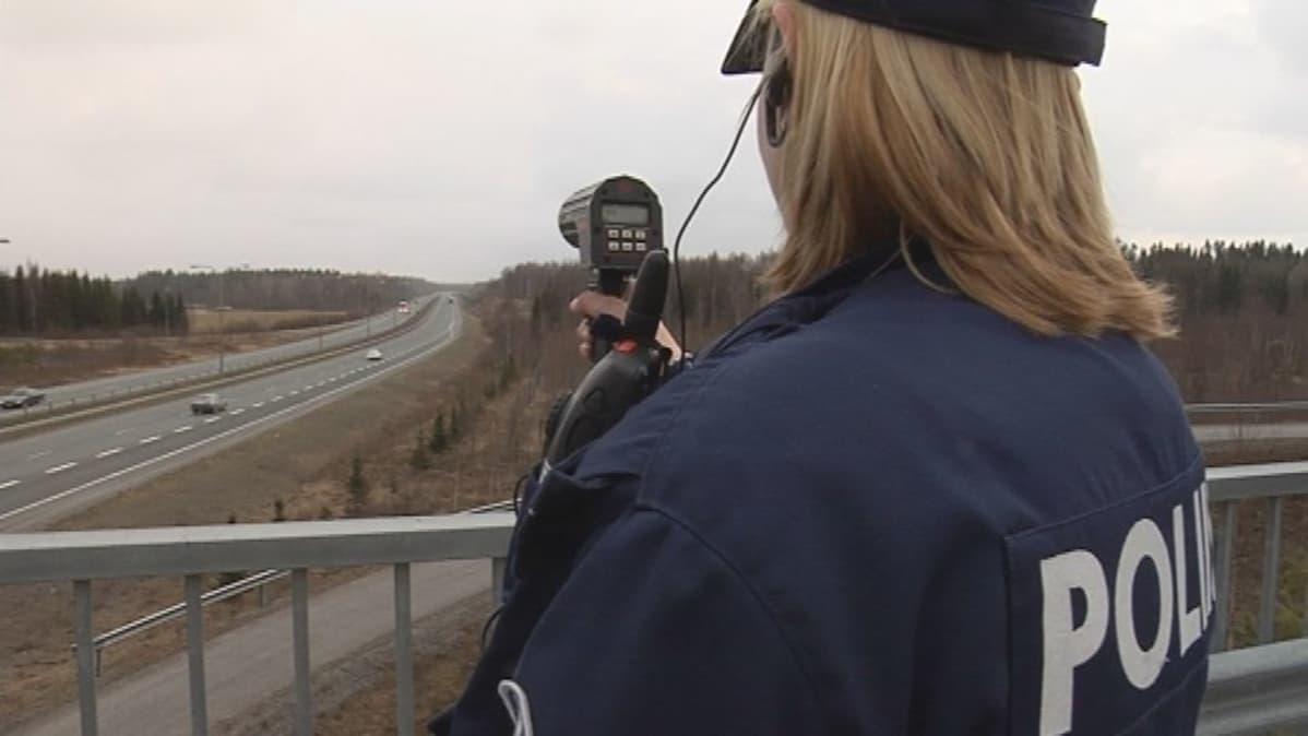 Poliisi mittaamassa ajonopeuksia moottoritiellä.