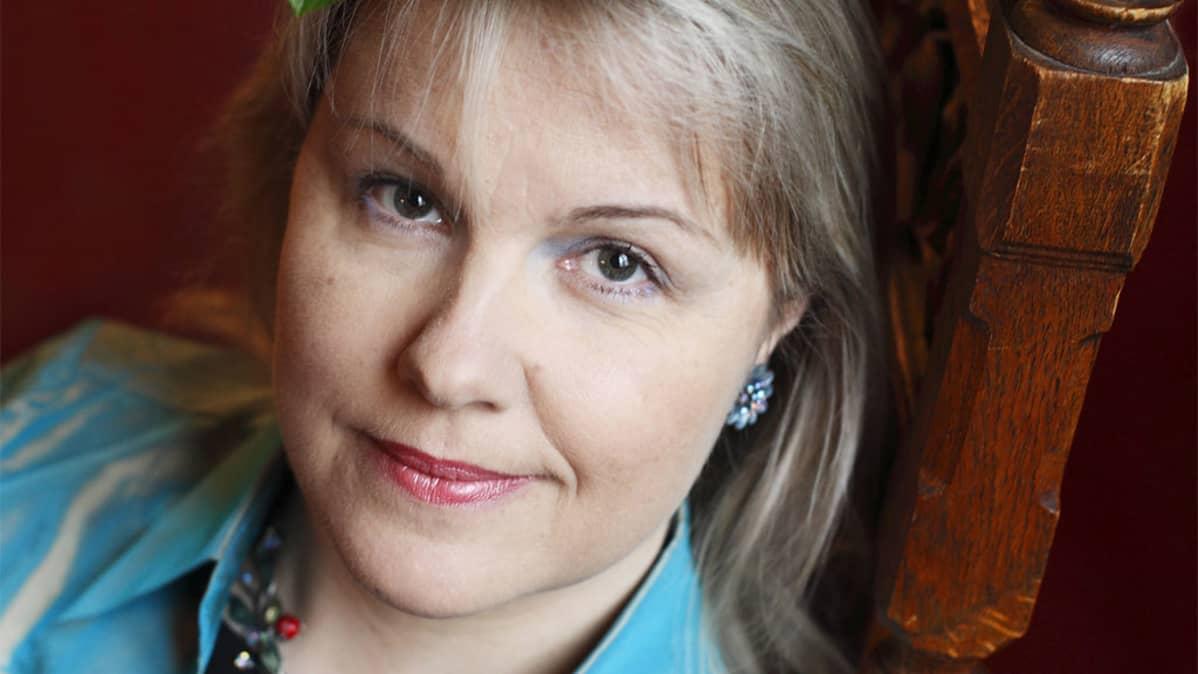 Kuvassa hymyilee sopraano Anu Komsi.