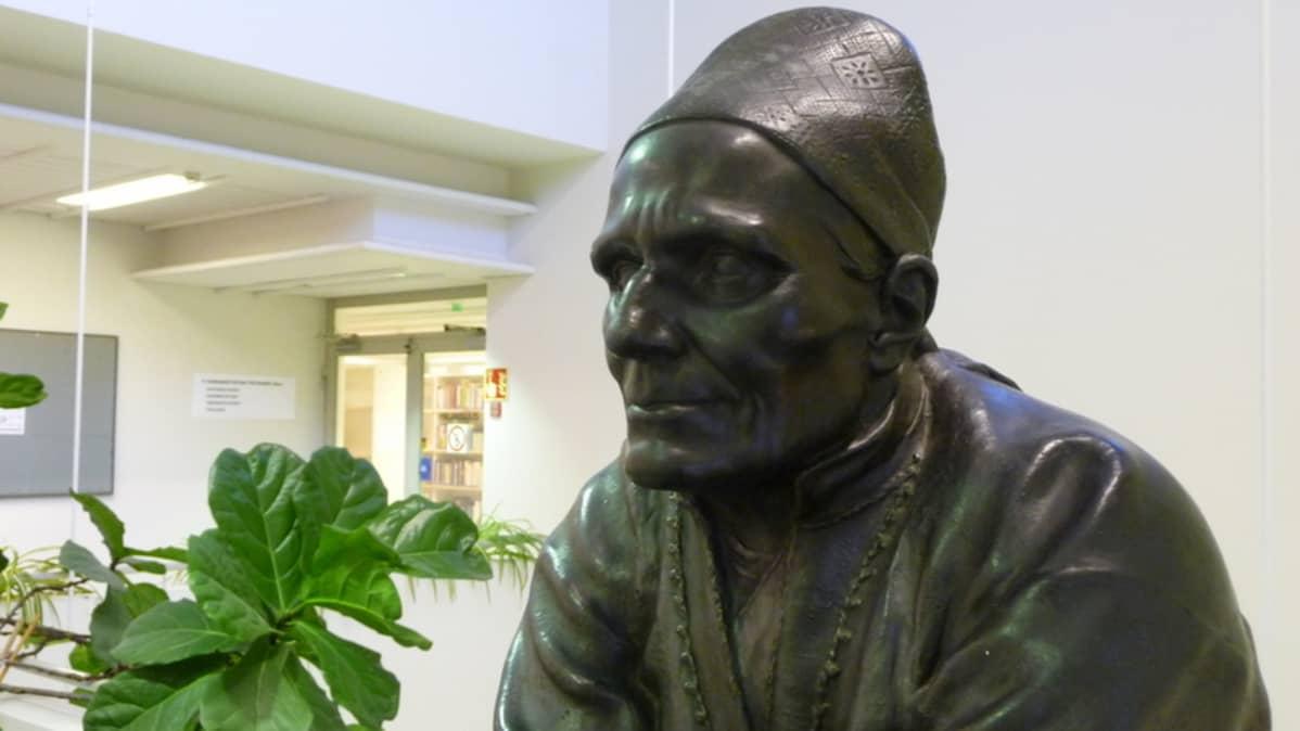 Larin Parasken patsas yliopiston kirjastossa Joensuussa.