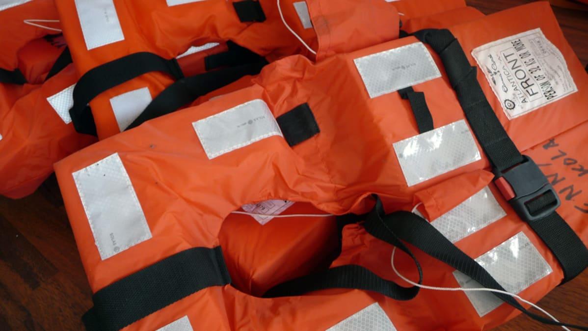 Kuvassa pelastusliivejä