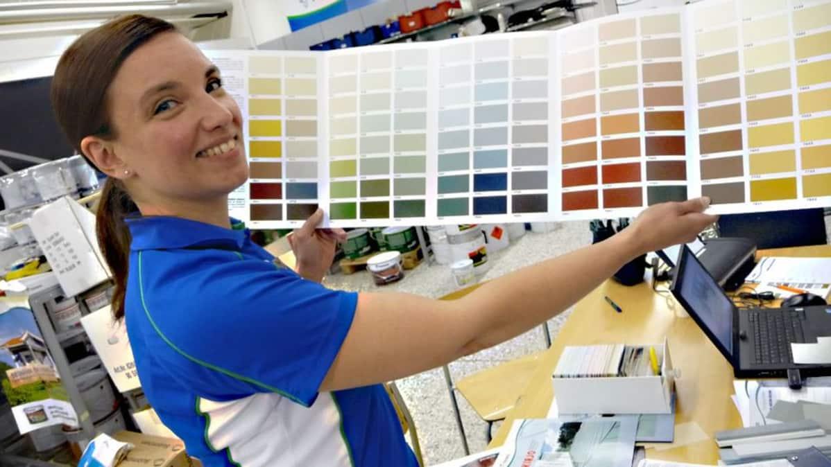 Värisuunnittelija Katja Viimavirta levittää värikarttaa.
