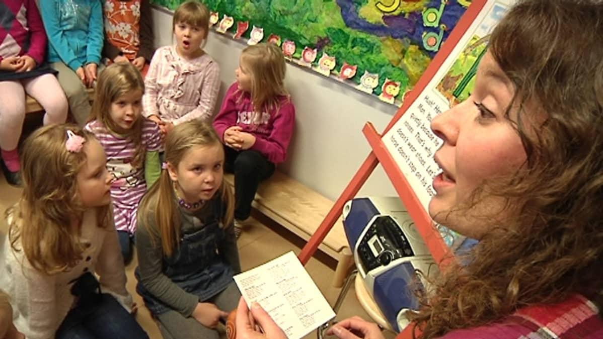 Kuvassa lapsia kielikylvyssä