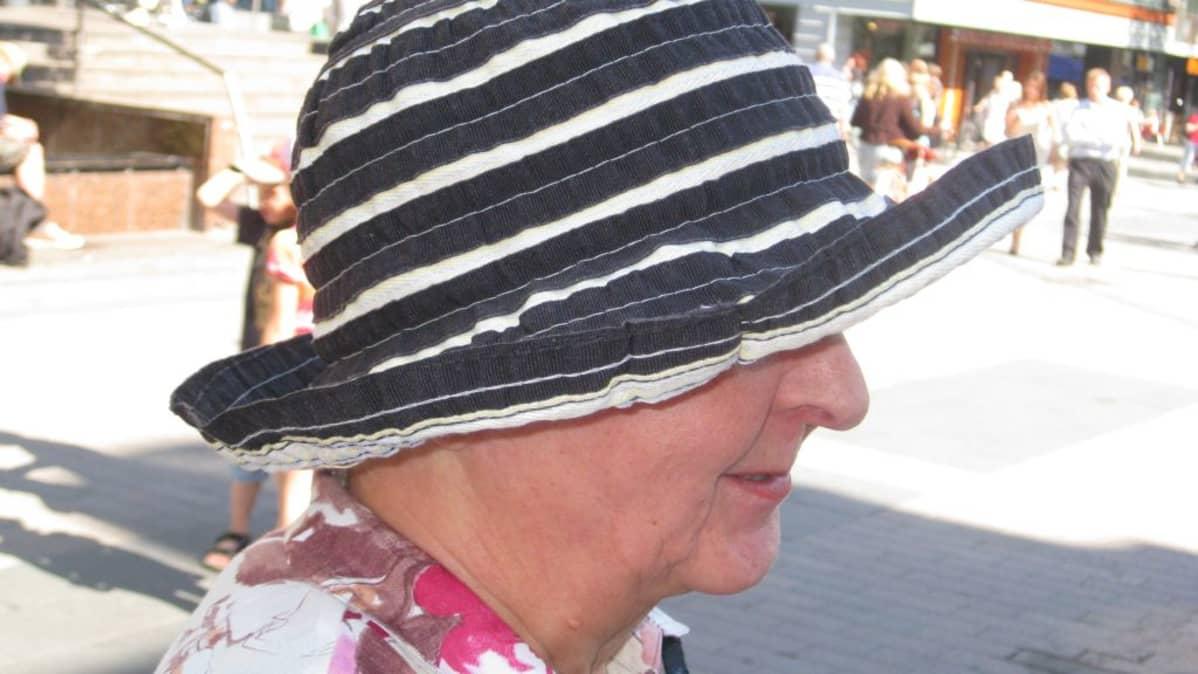 Naisella on hattu päässä.