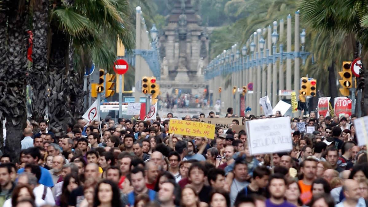Ihmisiä Barcelonan kaduilla osoittamassa mieltään.