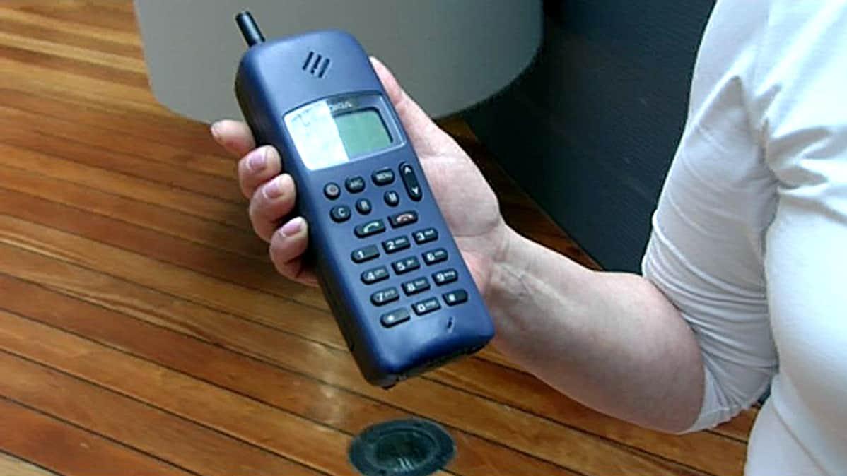 Maailman ensimmäinen taskukokoinen GSM puhelin Nokia 1011 vuodelta 1992.