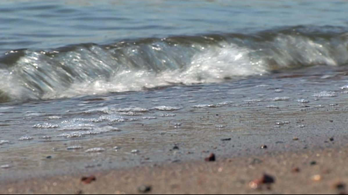 Aallokkoa hiekkarannalla.
