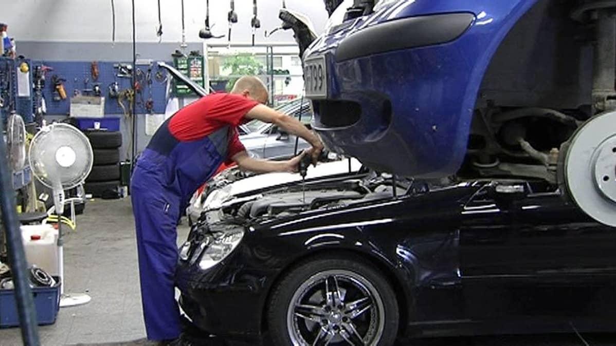 Mekaanikko korjaamassa autoa.