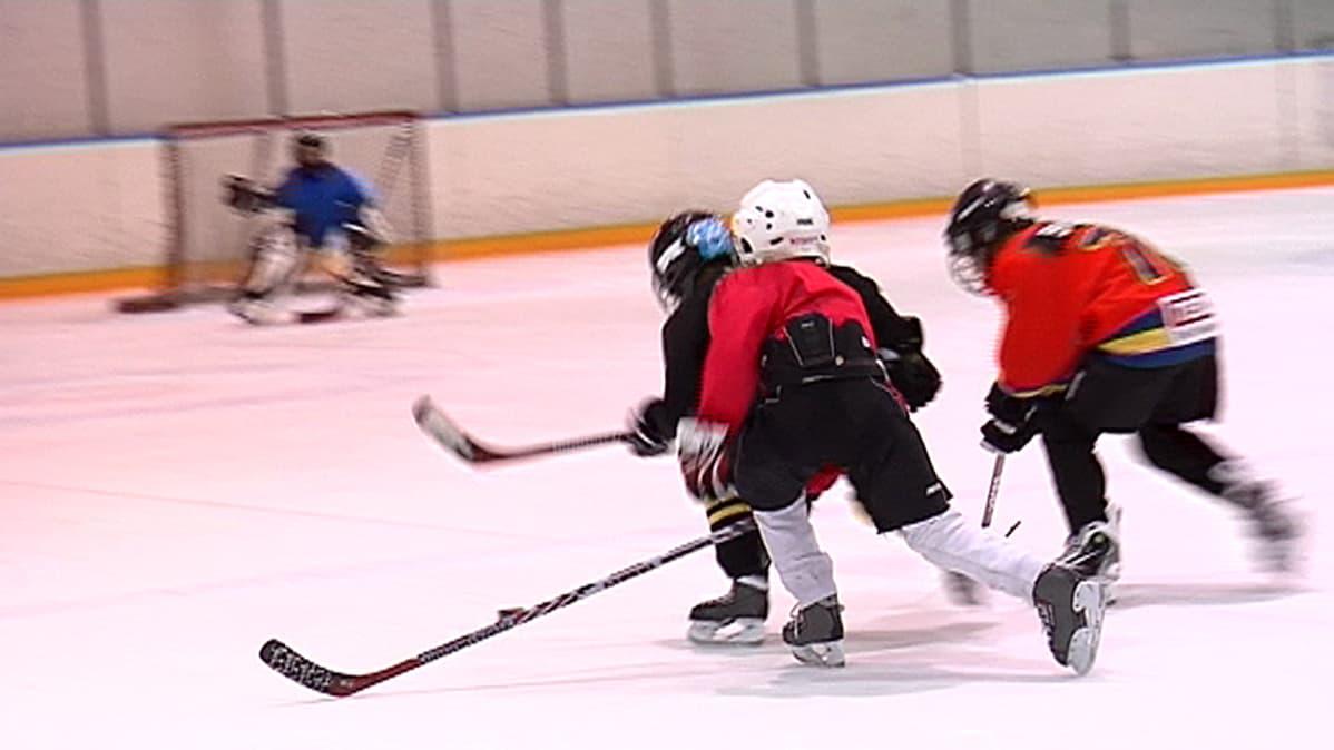 Pekka Rinne ohjaa junioreiden harjoituksia.