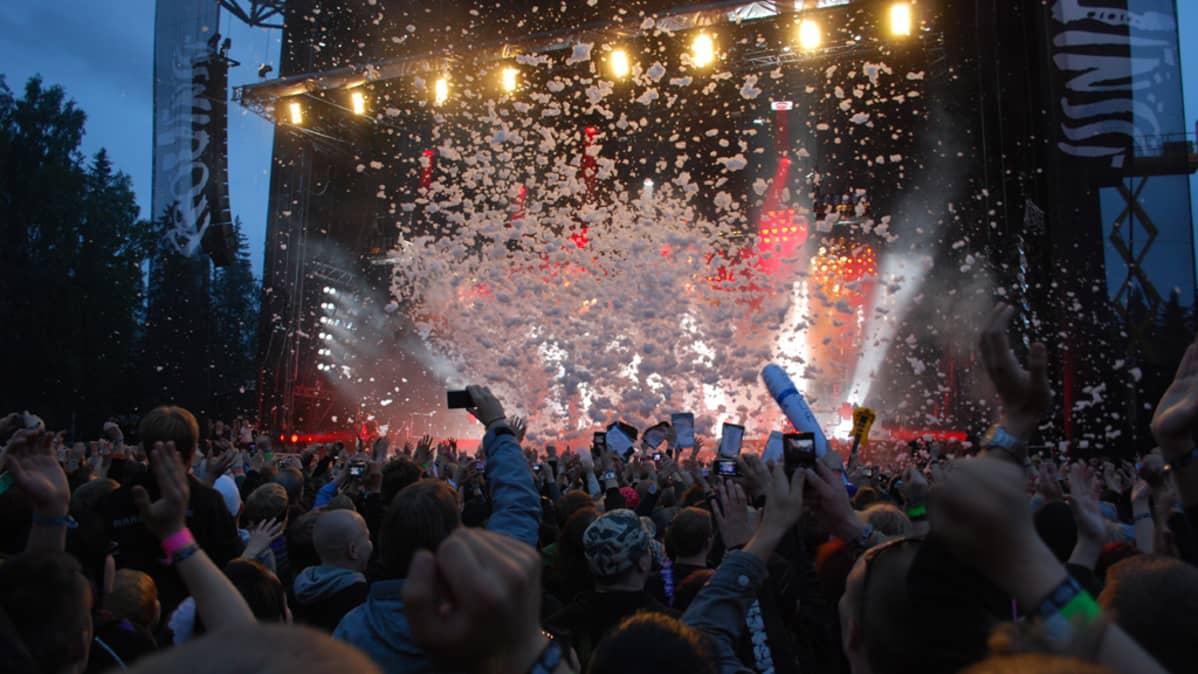 Provinssirockin yleisöä lavan edessä.