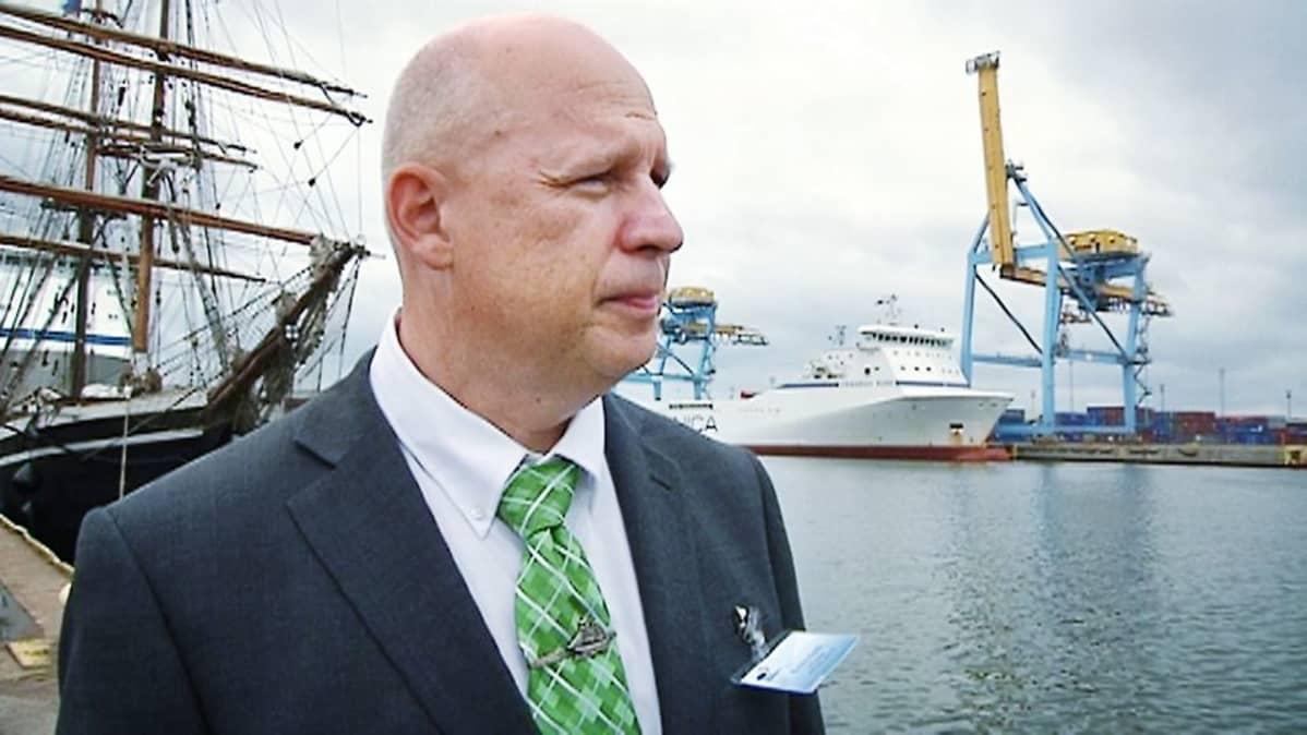 Toimitusjohtaja Kimmo Naski Haminan sataman syväväylän vihkiäisissä.
