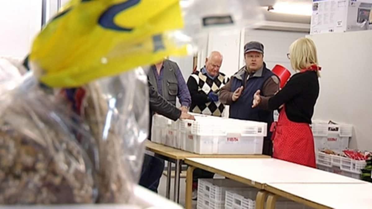 Heikki Hursti jakaa ruokaa ja vaatteita Helsingin Kalliossa.
