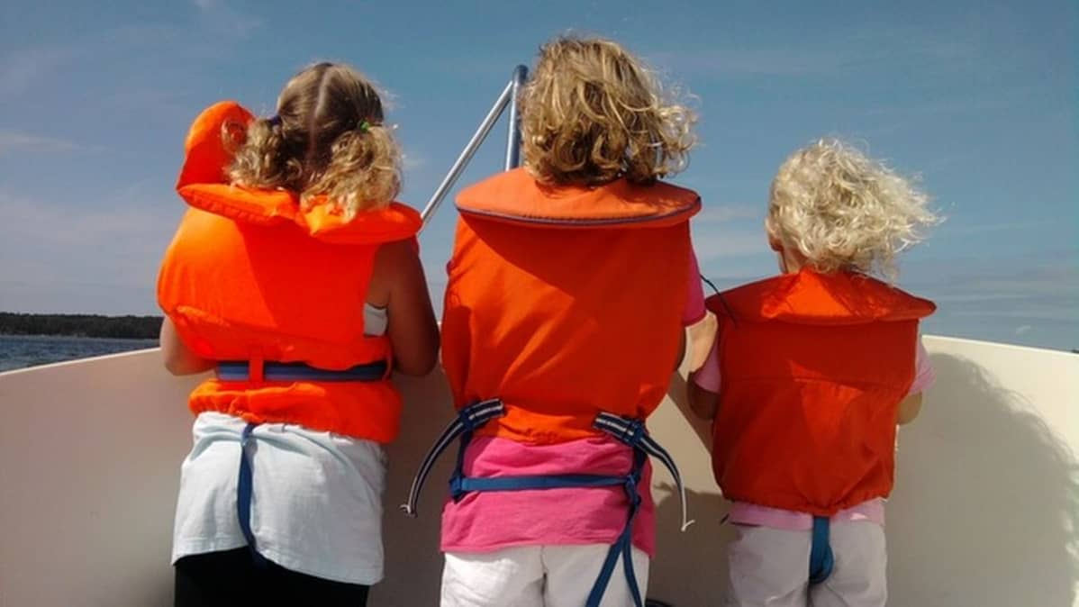 Lapsia veneessä.