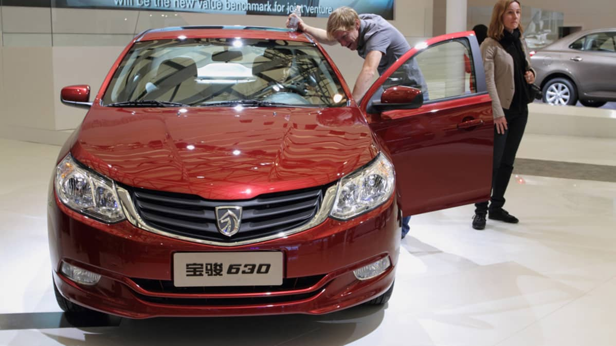 Kiinalaisia automerkkejä edustava Baojun 630 tarkastelussa Shanghain autonäyttelyssä.