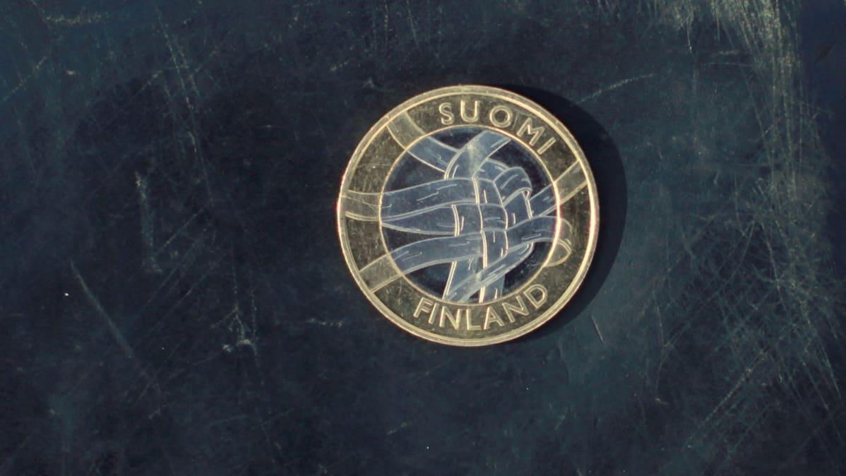 Karjalan tunnusrahan kruunapuoli, jossa on tuohityö.