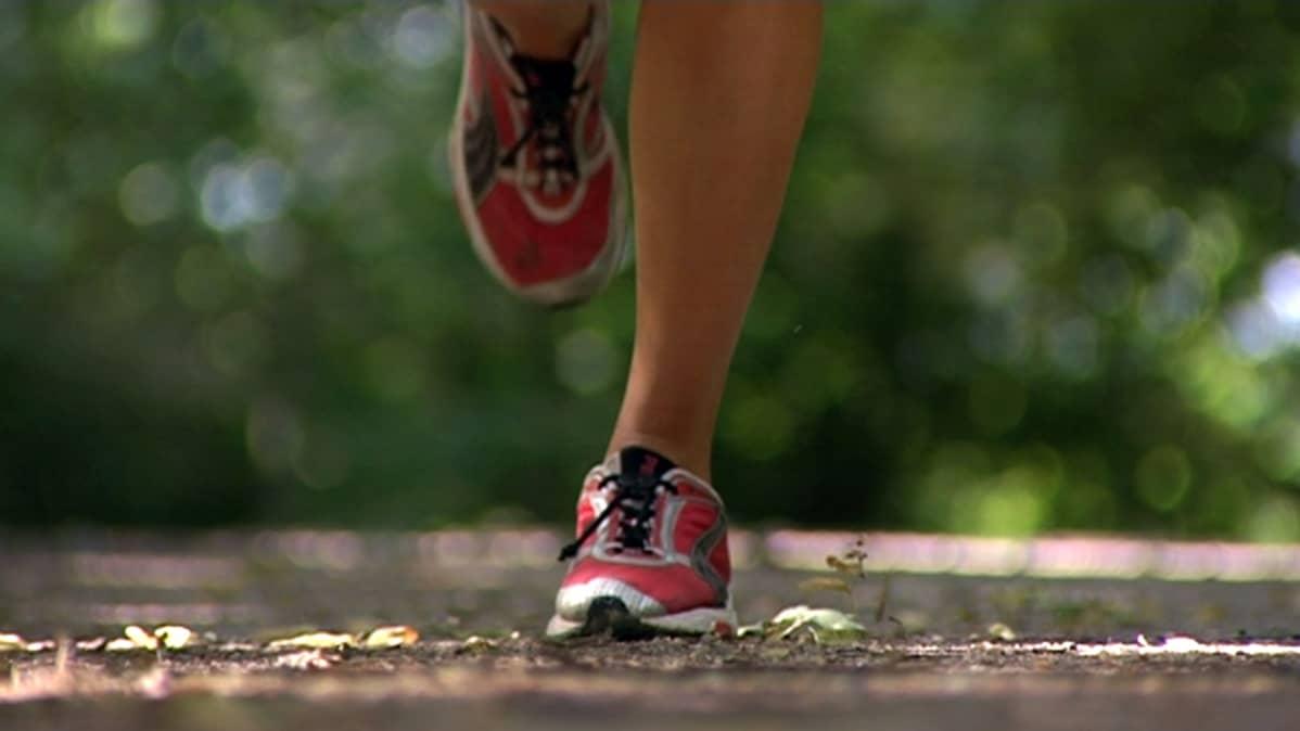 Henkilö juoksee urheilujalkineet jalassaa.