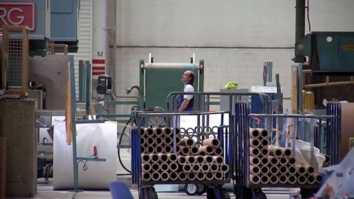 Mies työskentelee Myllykosken paperitehtaalla.