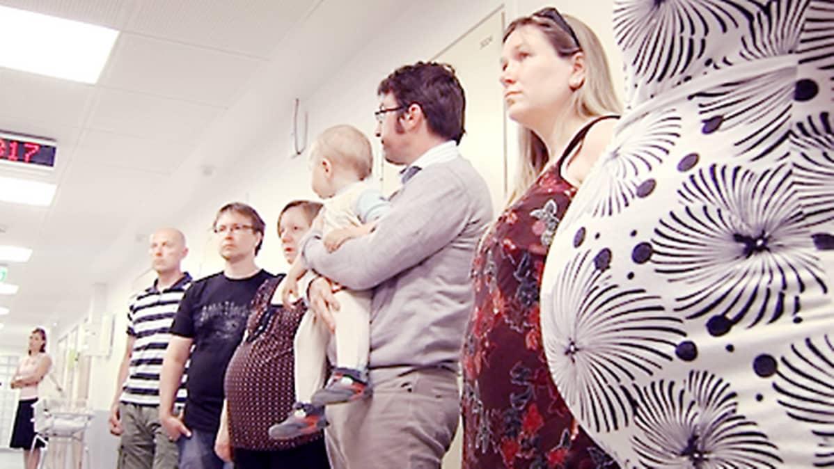 Perheitä tutustumassa sairaalan synnytysosastoon.