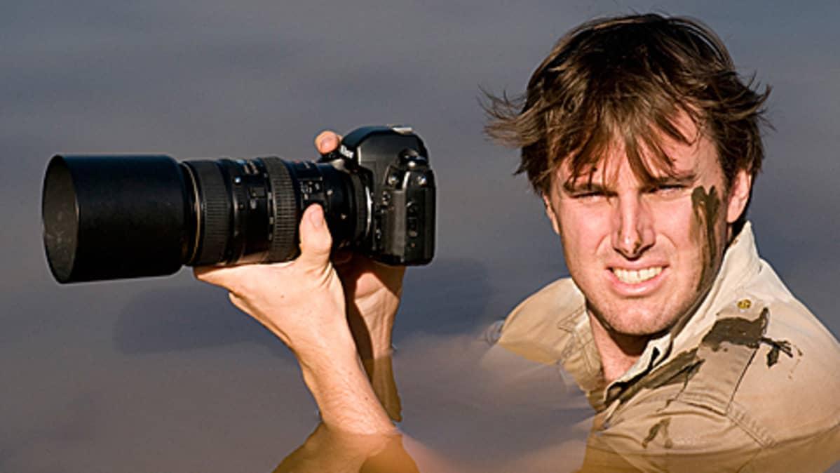 Luontokuvaaja Greg du Toit työnsä äärellä Afrikassa.