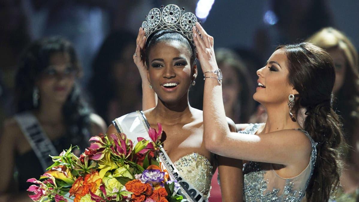 Miss Universum Leila Lopes saa kruunun päähänsä.
