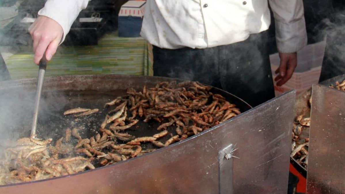 Muikkujen paistoa Kokkolan kalamarkkinoilla 2010.