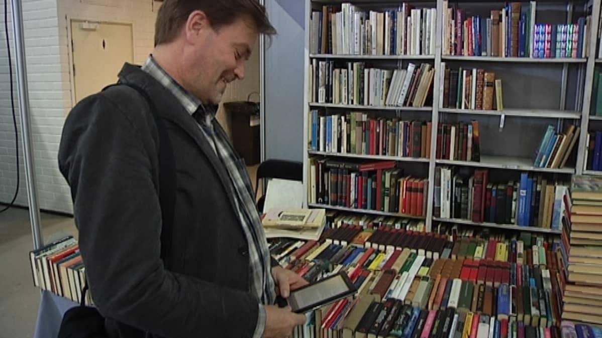 Kirjastoseuran puheenjohtaja Jukka Relander.