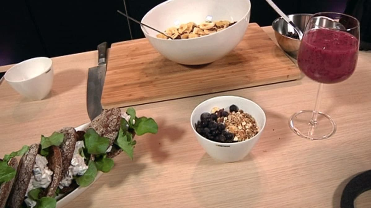 Tonnikala-kurkkutäytteiset ruisleivät, banaani-pekaanipähkinämysli ja mustaherukkainen smoothie.