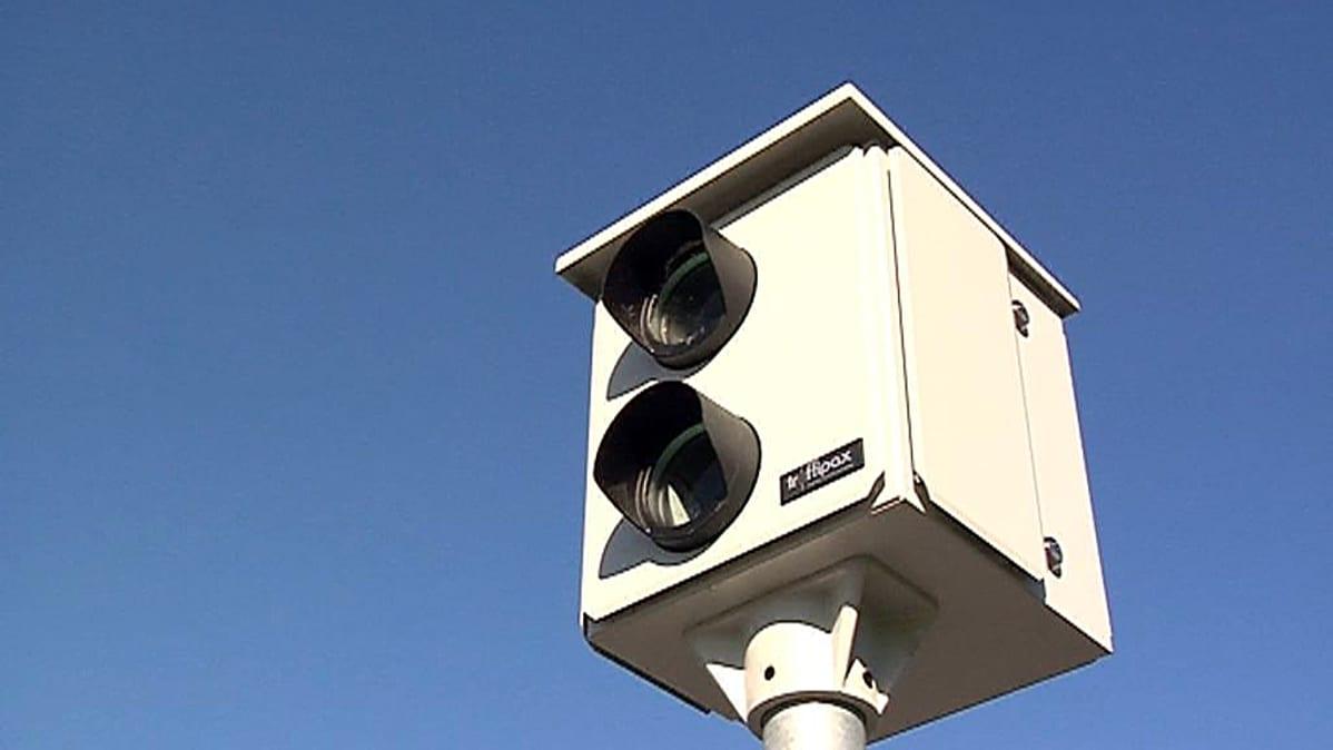 Nopeusvalvontakamera valvoo nyt myös punaisia päin ajavia autoilijoita. Nopeusvalvontakamera ottaa kuvan, kun tiehen asennetut sähkömagneettiset induktiosilmukat ovat mitanneet ylinopeuslukemat.